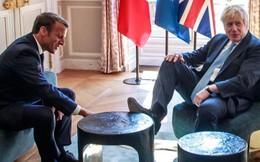 Thủ tướng Anh gây tranh cãi với hành động gác chân lên bàn khi gặp Tổng thống Pháp