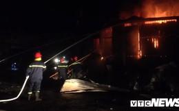 Gần 100 người cứu hỏa 2 căn nhà bốc cháy lúc nửa đêm ở Đắk Lắk