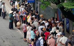 Hàng trăm cụ già xếp hàng chờ nhận thẻ xe buýt miễn phí