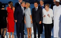Vẻ mặt của ông Donald Trump khi vợ có hành động thân mật với người khác khiến cư dân mạng thích thú