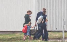 """Meghan Markle tiếp tục """"ngậm đắng nuốt cay"""" trước màn thể hiện cao tay của chị dâu Kate, khi gia đình bồng bế nhau đi máy bay giá rẻ lần 2"""