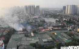 Lính cứu hoả vào từng ngóc ngách dập đám cháy ở Công ty Rạng Đông, dân xung quanh vẫn sơ tán