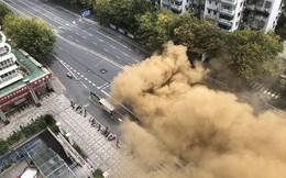 Sập đường hầm tàu điện ngầm đánh sụp con đường 4 làn xe như tận thế ở Trung Quốc