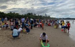 """Sau bão Podul, đông nghẹt du khách túa ra bãi biển Cửa Lò nhặt """"lộc trời"""""""