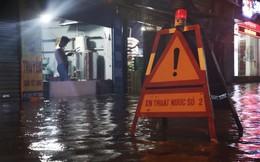 Hà Nội mưa lớn như trút nước, nhiều tuyến phố ngập thành sông
