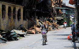 Người dân bịt mũi, nín thở qua hiện trường vụ cháy công ty Rạng Đông