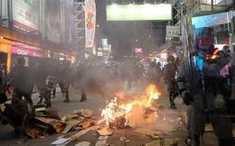 """Hong Kong """"kiểm soát chặt"""" sân bay sau đêm hỗn loạn, ga tàu bị đập phá, lửa cháy trên phố"""