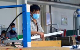 Công nhân vẫn miệt mài làm việc khi nhà xưởng Rạng Đông được bộ đội tẩy độc
