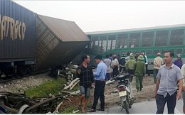 Ảnh: Hiện trường vụ tàu hỏa tông nát xe tải ở Nghệ An