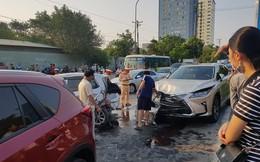 Ô tô 'điên' tông hàng loạt xe dừng đèn đỏ