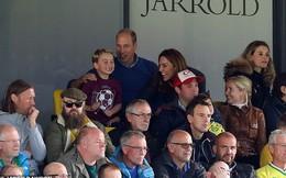 """Gia đình Công nương Kate đưa nhau đi xem bóng đá, Meghan Markle """"muối mặt"""" khi bị đá xéo quá khứ chảnh chọe với hàng ghế trống không"""
