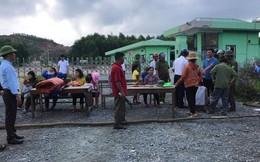 Hàng chục hộ dân dựng rạp, bàn ghế chặn cổng nhà máy rác ở Hà Tĩnh