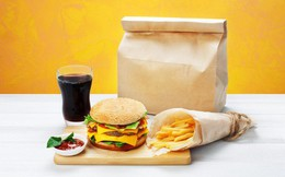 Cảnh báo: Giấy gói đồ ăn nhanh có thể làm cơ thể bạn nhiễm độc tố và dẫn tới hậu quả tồi tệ không lường thế này