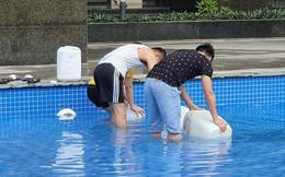 Hi hữu thiếu nước sạch ở Hà Nội: Người dân múc nước bể bơi về dùng, rồng rắn xếp hàng như thời bao cấp