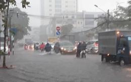 Ảnh: Đường phố Cần Thơ biến thành sông sau mưa lớn, dân bì bõm dắt xe về nhà