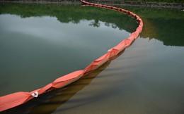 Tiếp tục hút bùn kênh dẫn nước sông Đà sau gần 20 ngày vụ đổ trộm dầu thải