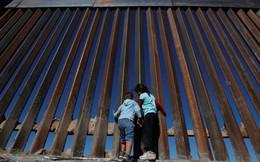 """Bức tường biên giới """"bất khả chiến bại"""" của ông Donald Trump thua chiếc cưa 100 USD"""