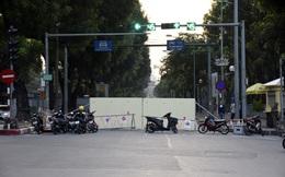 """Rào chắn nửa đường, người dân """"căng mình"""" di chuyển qua Kim Mã giờ tan tầm"""