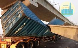 Xe container kéo sập dầm cầu bộ hành đang xây ở cửa ngõ Sài Gòn