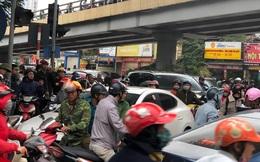 Giao thông tắc nghẽn sau vụ chiếc xe Mercedes cháy rụi ở Hà Nội