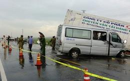 Xe khách chở các nhà sư tông xe container, 2 người chết và 11 người trọng thương
