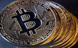 """Vì sao giá Bitcoin """"bốc hơi"""" 3.000 USD trong 1 tháng?"""