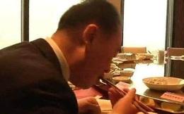 """Trái ngược với đứa con """"phá gia chi tử"""", bố của Vương Tư Thông chỉ cần ăn bánh bao cũng đủ bữa"""