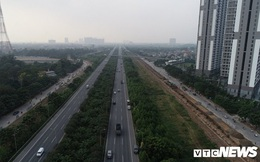 Ảnh: Công nhân xén dải phân cách, mở rộng đường gom Đại lộ Thăng Long