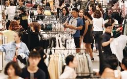 """Ảnh: Tranh thủ giờ nghỉ trưa, người dân Hà Nội và Sài Gòn đổ xô tới các TTTM để """"săn"""" hàng hiệu giảm giá dịp Black Friday"""