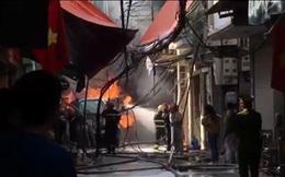 Xe chở gas phát nổ cháy dữ dội lan sang nhà giữa phố Bùi Ngọc Dương