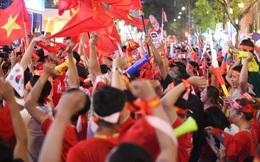 """""""Biển"""" người hâm mộ hò reo sung sướng khi Đức Chinh lập cú đúp, gia tăng cách biệt cho U22 Việt Nam"""