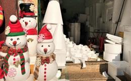 """Tất bật """"nặn"""" người tuyết dịp Noel, người dân phố cổ thu chục triệu mỗi ngày"""