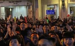 Video: Rừng người hò reo sau bàn thắng mở tỉ số của Văn Hậu