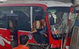 Xe khách bất ngờ tông thẳng vào ca-bin trạm thu phí, 5 người bị thương