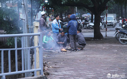 Người dân Hà Nội co ro đốt lửa sưởi ấm trong tiết trời mưa phùn gió rét cuối năm