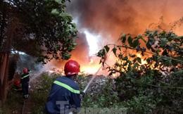 Khu phế liệu rộng hơn 5.000m2 bốc cháy dữ dội kèm tiếng nổ lớn