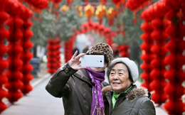 """Người già Trung Quốc """"hồi xuân"""" nhờ cách mạng 4.0: Từ WeChat đến Taobao đều chẳng ngán, thậm chí còn thành thạo hơn giới trẻ!"""