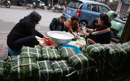 Có những người Hà Nội dù bận bịu đến mấy vẫn luôn phải tự tay gói bánh chưng cho 3 ngày Tết sum vầy