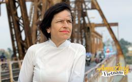 """""""Đánh rơi trái tim"""" ở Hà Nội 25 năm trước, người phụ nữ gốc Anh tâm sự: """"Nhiều người Việt không thể hiểu nổi, vì sao tôi sang đây và muốn sống trọn đời"""""""