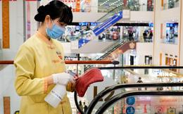 Cẩn thận như Vingroup: Khử trùng tay nắm cửa, nút bấm thang máy tại trung tâm thương mại 2 tiếng/lần, kiểm tra thân nhiệt toàn bộ khách hàng