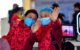 """Sụt 2kg ngay hôm đầu đến Vũ Hán làm việc, các bác sĩ tuyến đầu chống virus corona vẫn lạc quan: """"Khi dịch bệnh qua đi, chắc chắn sẽ thử đồ ăn ở Vũ Hán"""""""