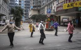 Cuộc sống lạc quan của người dân Vũ Hán giữa tâm dịch: Đánh cầu lông qua hàng rào, làm vlog để giải trí khi thành phố bị phong tỏa