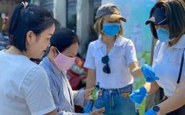 Việc tử tế giữa mùa dịch bệnh Covid-19: Sau khẩu trang, hàng chục nghìn chai nước rửa tay được trao tặng