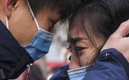 """Cuộc sống """"đảo lộn"""" nơi tâm dịch Vũ Hán: Nước mắt tuôn rơi nhưng không làm nản lòng ai cả - bệnh viện xây thần tốc, bác sĩ làm việc cật lực, toàn dân nâng cao tinh thần chống dịch"""
