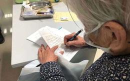 """Rơi nước mắt trước cảnh mẹ già 90 tuổi chăm sóc con trai nhiễm virus corona trong bệnh viện: """"Con trai, hãy mạnh mẽ và chiến thắng bệnh tật nhé!"""""""