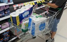 """Giải mã hiện tượng """"panic buying"""" khiến kệ hàng trong các siêu thị trống trơn, người mua ẩu đả vì những bịch giấy vệ sinh"""