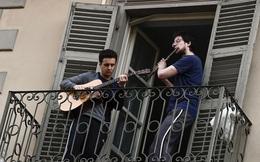 """Tinh thần """"La Bella Vita"""" của người Ý trong những ngày bị phong tỏa: Hàng triệu người ra ban công chơi nhạc động viên nhau giữa mùa dịch Covid-19"""