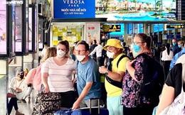 Ảnh: Khách nước ngoài chấp hành quy định đeo khẩu trang ở Tân Sơn Nhất