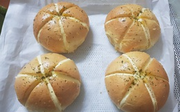 Độc lạ bánh mì phô mai bơ tỏi Hàn Quốc, khách muốn ăn phải đặt trước vài ngày, dân buôn được thể hét giá 100.000 đồng/chiếc