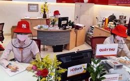 Nhân viên ngân hàng mùa Covid-19: Nghỉ thứ 7, luân phiên làm việc online, trang phục kín mít từ đầu đến chân